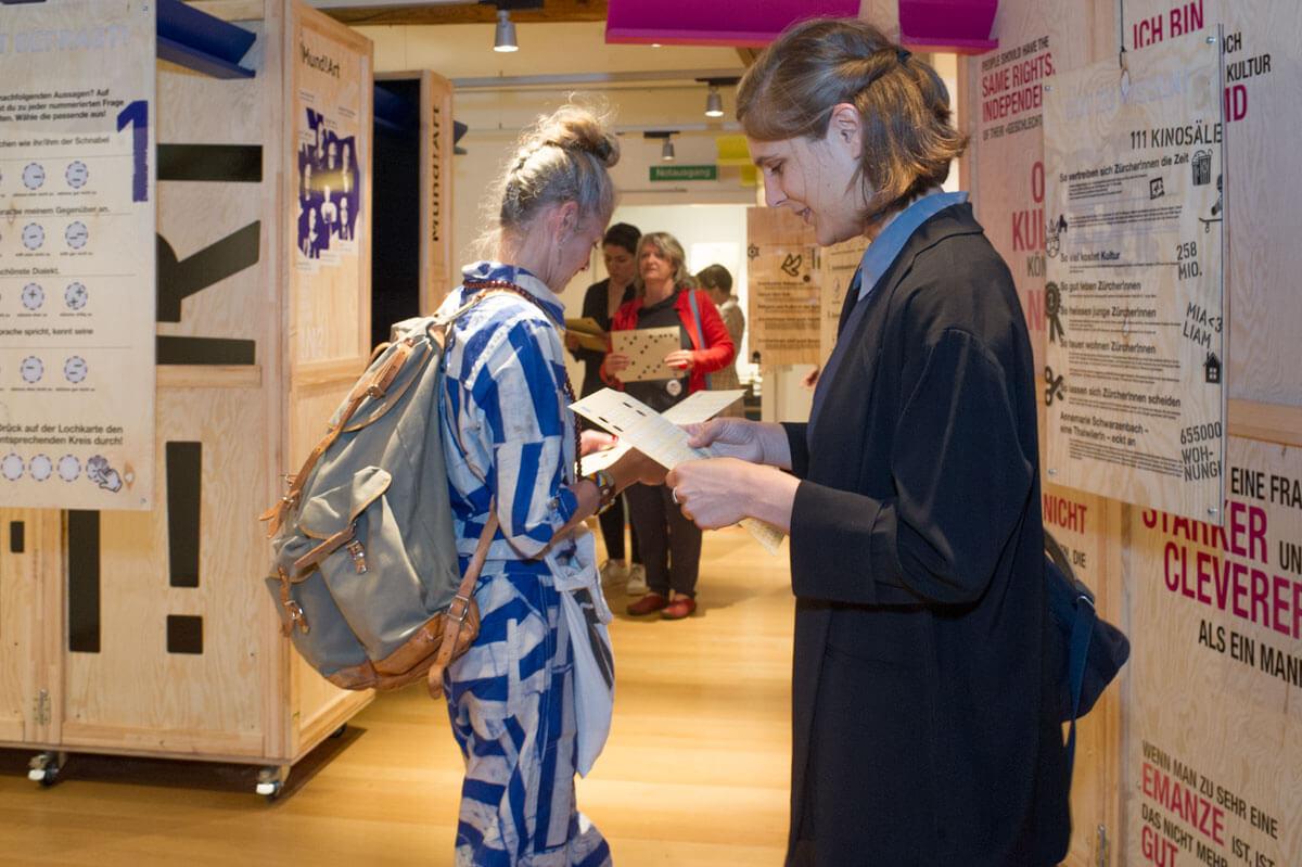 Ausstellung_Besucher!nnen_3.jpg